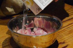 鶏肉を日本酒で揉む