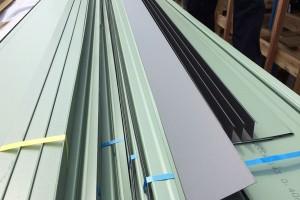 屋根のガルバリウム鋼板。黒いところがギングロの色。
