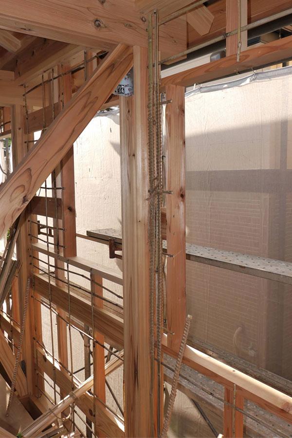 柱と窓枠の小舞編み。
