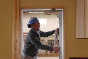 親方自ら大掃除!1年前になかなか苦労して選んだアルミの玄関ドアのお目見えです。