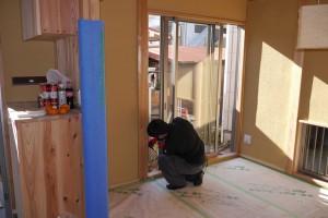 今日は朝からガラス屋さんが網戸の設置。施主も窓ふきからお掃除をお手伝い。二人分の日当節約!