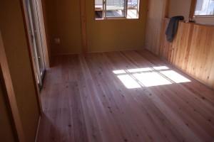 工事中の養生ボードが取り払われて無垢の床が登場!寝室に優しい日だまりが出来てます。