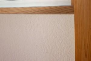 書斎の壁は江原親方の自信作。左官職人さんが見ても、どうやってるのと聞かれるもこもこの漆喰壁。この壁の秘密は後日レポートします。優しい印象の部屋に仕上がりました。