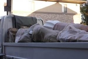 夕方ほとんど積み終わった、トラックの荷台。これだけたくさんのカバーで養生されていたんですね。長いことお疲れさまでした。江原さんがきちんと分別して業者に。分別した方が引き取り費用が安くなるんですって。ありがとうございます。
