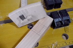 曲尺を使って、ほぞ穴をあける位置を決めます。そして、毛引き(毛書き)で両端から均等に穴の位置に筋を入れれば、罫書き線入れが済みます。この線をもとにほぞ穴をあけて行きます。