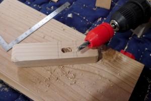 各のみに付いてきた木工ドリルで必要な深さの穴を掘る。ホームセンターで見つけたストッパーが便利。