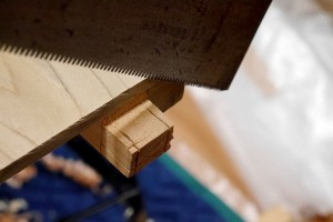 切り落とすときは、罫書き線に箱定規をあわせてのこぎりを入れました。これも大工さんの仕事を見学して盗んだ技です。