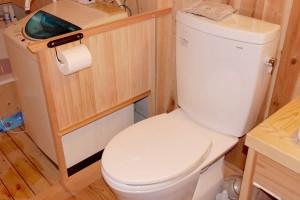 トイレットペーパーフォルダーを洗面台の横につけると、ちょっとデブの僕には腰をひねるのがきついのです。